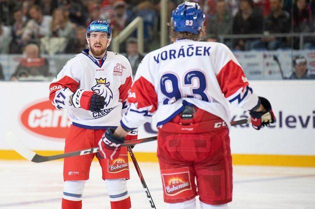 Filip Hronek a Jakub Voráček při utkání s Finy.