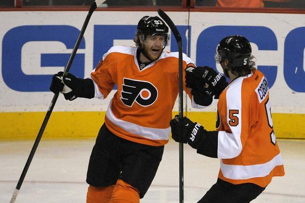 Útočník Philadelphie Jakub Voráček (93) a bek Flyers Braydon Coburn (5) se radují z gólu.