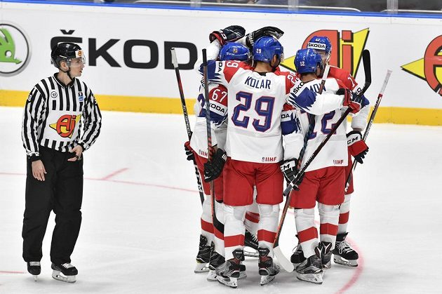 Čeští hráči se radují z prvního gólu v utkání s Norskem. Šťastným střelcem byl Filip Hronek.