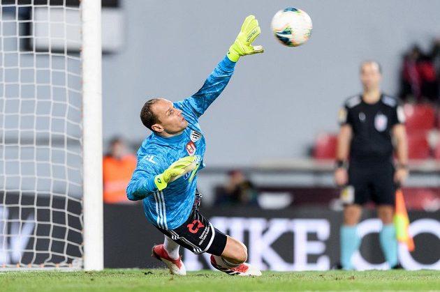 Brankář Českých Budějovic Jaroslav Drobný inkasuje gól z penalty od Guélora Kangy ze Sparty.