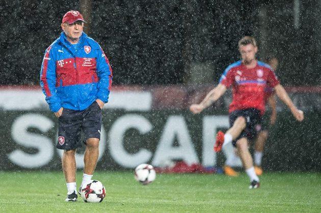 Trenér Karel Jarolím během tréninku před utkáním kvalifikace MS 2018 v Eden Areně v Praze.