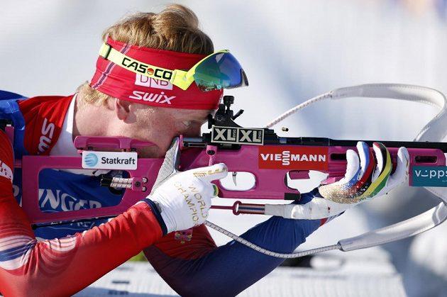Johannes Thingnes Bö, norský vítěz mezi muži, na střelnici.