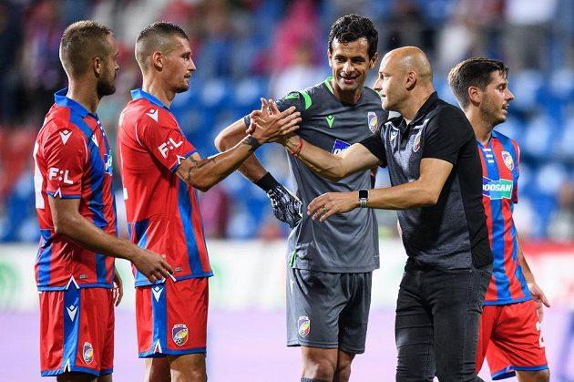 Trenér Adrian Guľa a obránce Lukáš Hejda si podávají ruce po utkání.