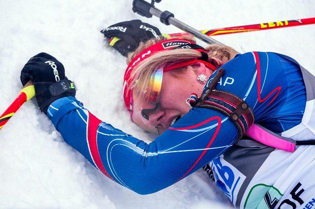 Vyčerpaná biatlonistka Gabriela Soukalová krátce po předávce štafety Jitce Landové.