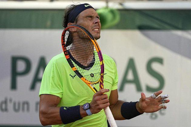 Španělský tenista Rafael Nadal po zahozené šanci během semifinále French Open proti Novaku Djokovičovi.