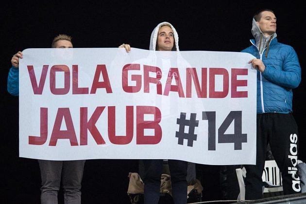Fanoušci Jakuba Jankta během zápasu s Litvou.