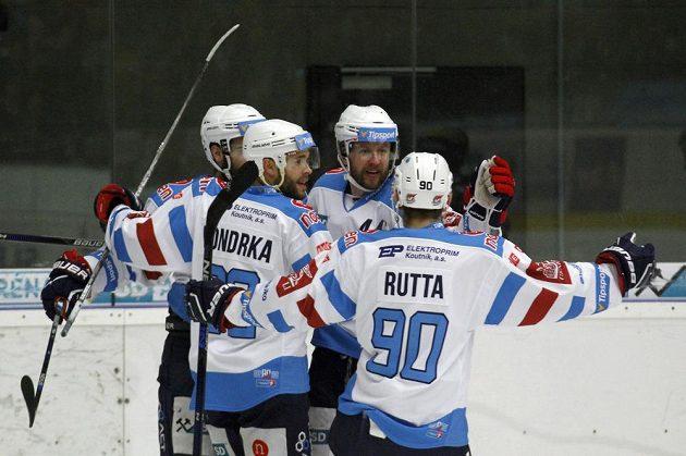 Hráči Chomutova se radují po vstřeleném gólu do sítě Litvínova.