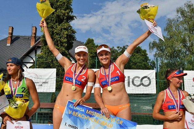 Mistryně republiky v plážovém volejbalu Barbora Hermanová a Markéta Sluková.