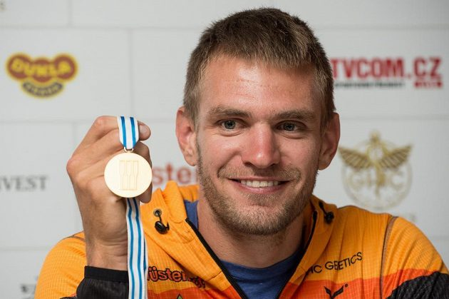 Veslař Ondřej Synek ze zlatou medailí z MS v Aiguebelette.
