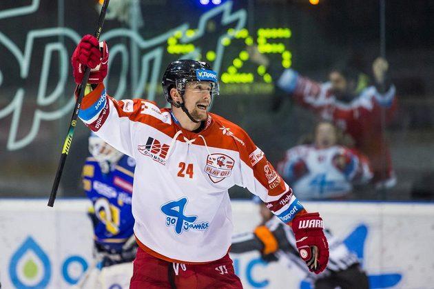 Vilém Burian z Olomouce se raduje ze vstřeleného gólu.