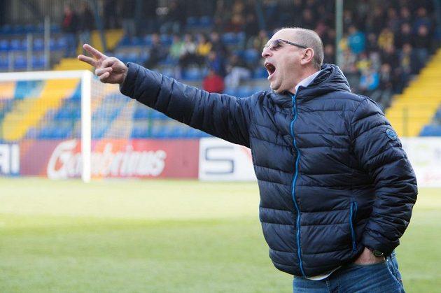 Zlínský trenér Bohumil Pánik zuřivě gestikuluje při utkání s Olomoucí.