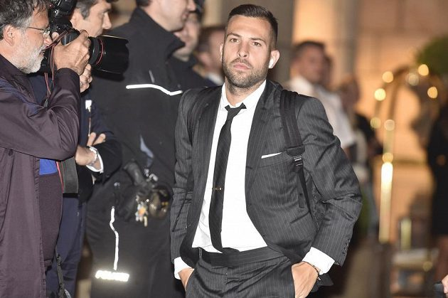 Fotbalista Barcelony Jordi Alba přichází do hotelu v Praze před zápasem Ligy mistrů se Slavií.