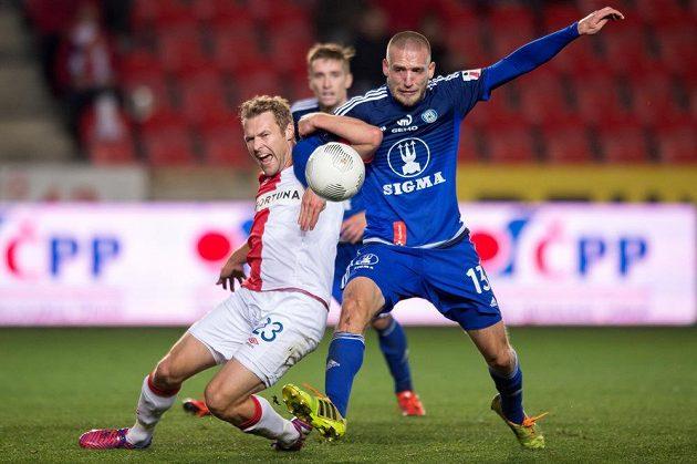 Slávistický záložník Karel Piták (vlevo) bojuje o míč s olomouckým Martinem Šindelářem v zápase 11. kola Synot ligy.