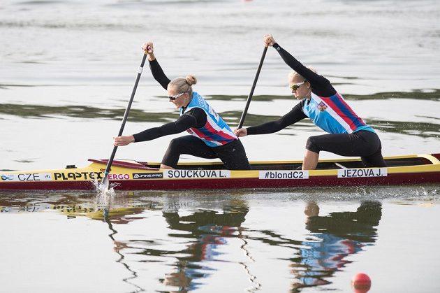 Kanoistky Lenka Součková (vpředu) a Jana Ježová v rozjížďce na 500 m během Mistrovství světa v rychlostní kanoistice v Račicích.