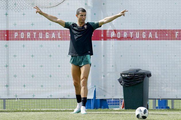 Portugalec Cristiano Ronaldo je v centru pozornosti i na mistrovství světa, to je pak hvězda ve svém živlu. Vůbec mu nevadí, že je vedle něj třeba popelnice, hlavně, že jsou vidět jeho svaly.