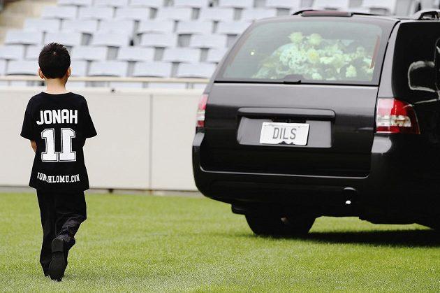Dhyreille Lomu na pohřbu svého slavného otce Jonaha v Eden Parku v Aucklandu.
