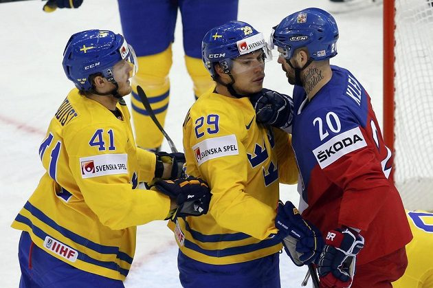 Český útočník Jakub Klepiš (vpravo) se postrkává před švédskou brankou s obráncem Erikem Gustafssonem. Vpravo je útočník Gustav Nyquist.