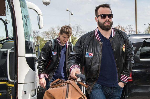 Čeští hokejoví reprezentanti Radko Gudas (vpředu) a Lukáš Radil před odletem na MS.