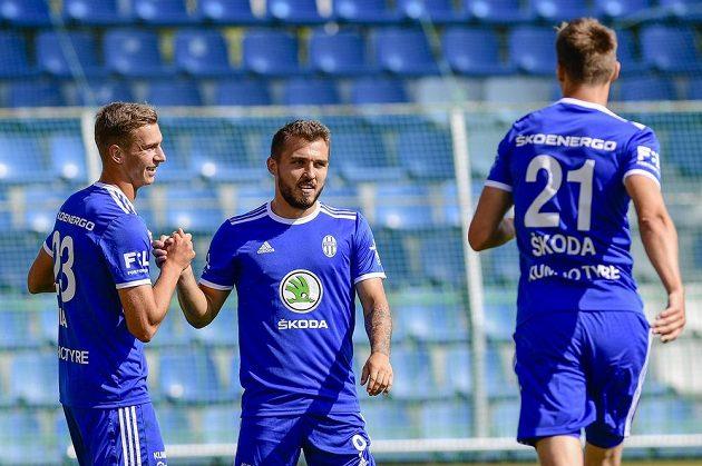 Zleva Vojtěch Smrž z Boleslavi, Tomáš Ladra z Boleslavi a Milan Škoda z Boleslavi oslavují gól.