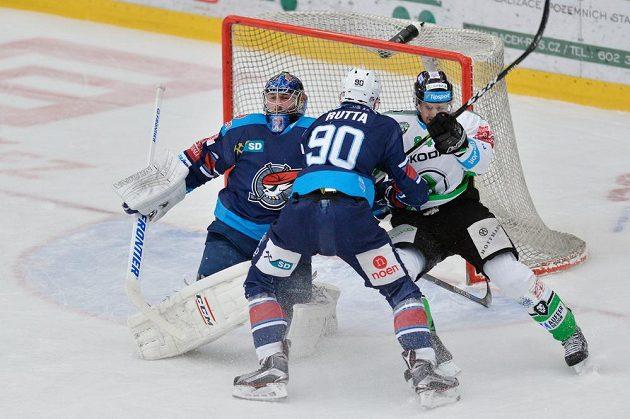 Vpravo Lukáš Pabiška z Mladé Boleslavi a hráči Chomutova brankář Ján Laco (vlevo) a Jan Rutta.