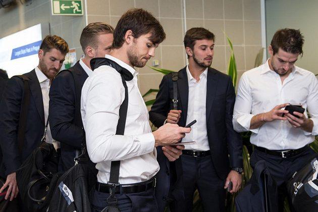 Hokejisté (zleva) Jakub Nakládal, Milan Michálek, Michael Frolík, Petr Mrázek a Michal Birner se svými mobilními telefony.