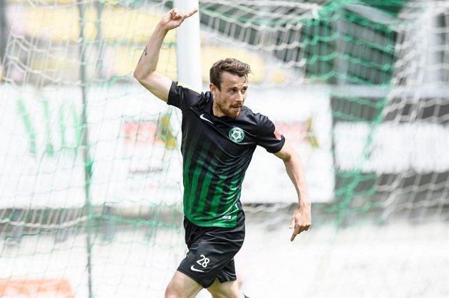 Filip Hlúpik z Příbrami oslavuje gól v síti Pardubic.