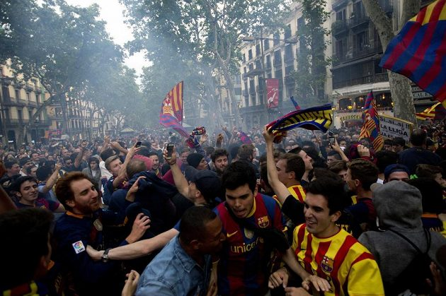 Fanoušci jásají v barcelonských ulicích.