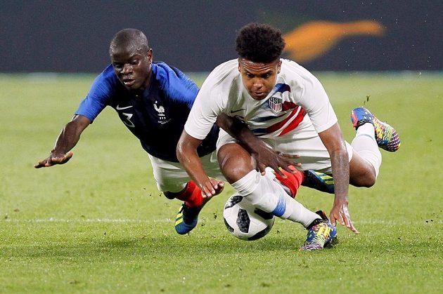 Přípravný zápas před MS mezi Francií a USA nabídl pořádnou bitvu. V souboji o míč se poroučí k zemi Francouz N'Golo Kante a Američan Weston McKennie.
