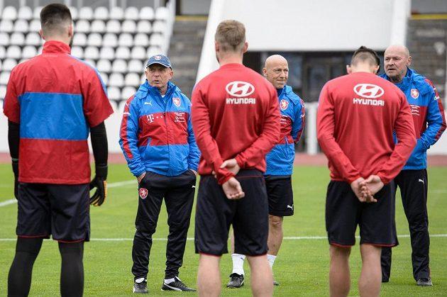Trenér Karel Jarolím (druhý zleva) během tréninku fotbalové reprezentace.