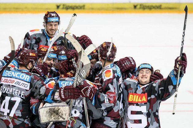 Hokejisté Sparty oslavují vítězství nad Vítkovicemi, zcela vpravo Jiří Černoch, autor vítězného gólu z nájezdu.