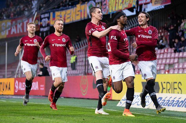Fotbalisté Sparty Praha Ondřej Zahustel, Costa a David Moberg Karlsson oslavují gól na 1:0 během utkání nadstavby Fortuna ligy ve skupině o titul s Libercem.