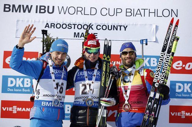 Tři nejlepší ve sprintu: (zleva) stříbrný Rus Anton Šipulin, vítěz Johannes Thingnes Bö z Norska a bronzový Francouz Martin Fourcade.
