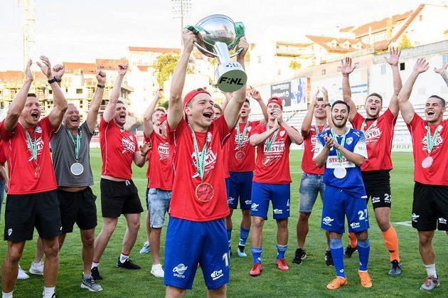 Michal Hlavatý z Pardubic s trofejí během oslav zisku titulu po utkání 30. kola Fortuna národní ligy v Praze.