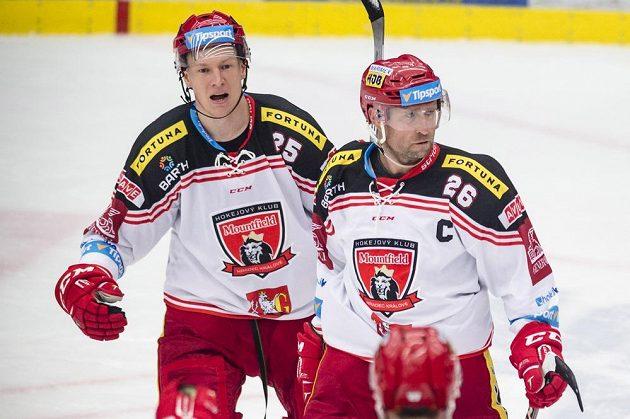 Zleva Andris Džerinš a Jaroslav Bednář (oba z Hradce Králové) oslavují gól.
