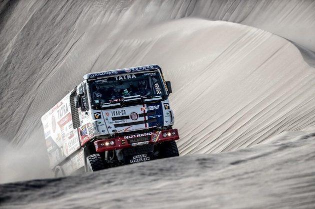 Ještě kousek. Martin Kolomý vyjíždí z písečného trychtýře v peruánském písku.