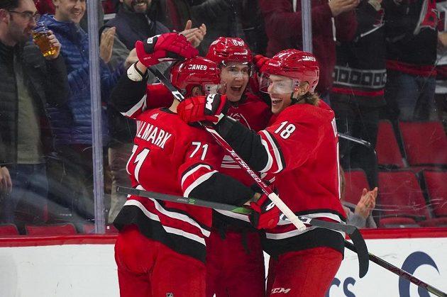 Hokejisté Caroliny se radují z gólu do sítě Winnipegu