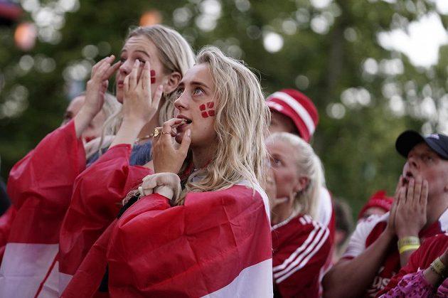 Dánské fanynky sledují dramatické semifinále fotbalového EURO na obřích obrazovkách doma v Kodani.