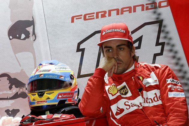 Soustředěný jezdec Ferrari Fernando Alonso.
