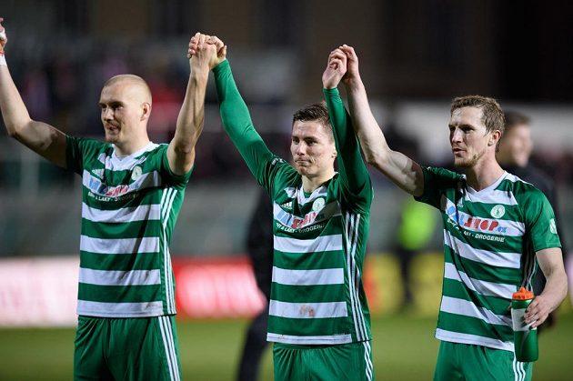 Euforie v Ďolíčku. Fotbalisté Bohemians Daniel Köstl (vlevo), Jan Vodháněl a Petr Hronek oslavují vítězství nad Slavií.