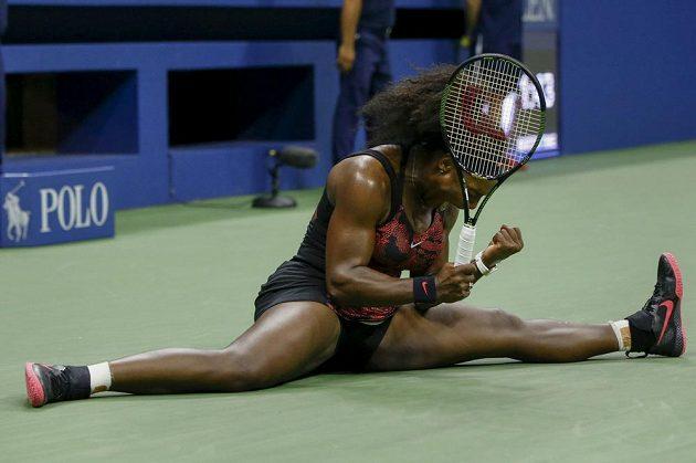 Americká tenistka Serena Williamsová se raduje z vítězného míče proti své krajance Bethanii Mattekové-Sandsové ve třetím kole tenisového US Open.