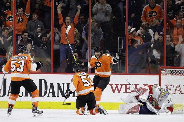 Philadelphia Flyers porazila v NHL Floridu Panthers 2:1 po samostatných nájezdech. V tuto chvíli slaví Letci Shayne Gostisbehere, Valtteri Filppula a Jakub Voráček gól Filppuly.