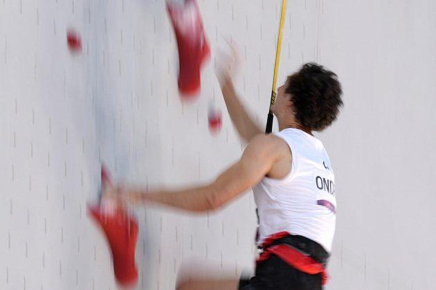Adam Ondra při lezení na rychlost na olympiádě v Tokiu.