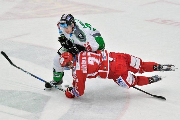 Jan Holub (vlevo) z Boleslavi a Martin Růžička z Třince v utkání 51. kola extraligy.