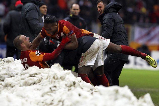 Fotbalisté Galatasaraye Istanbul Wesley Sneijder (vlevo) a Didier Drogba slaví rozhodující gól nizozemského záložníka proti Juventusu, který poslal turecký tým do osmifinále Ligy mistrů.