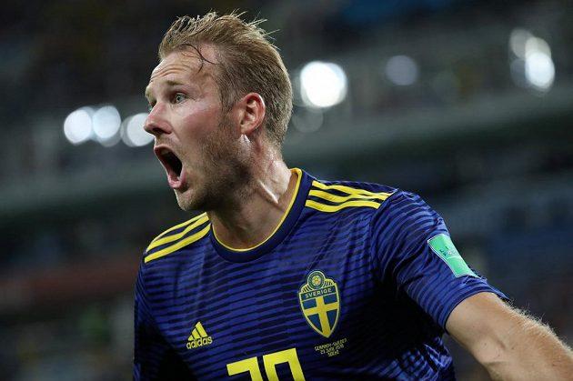 Švédský útočník Ola Toivonen slaví gól proti mistrům světa z Německa.
