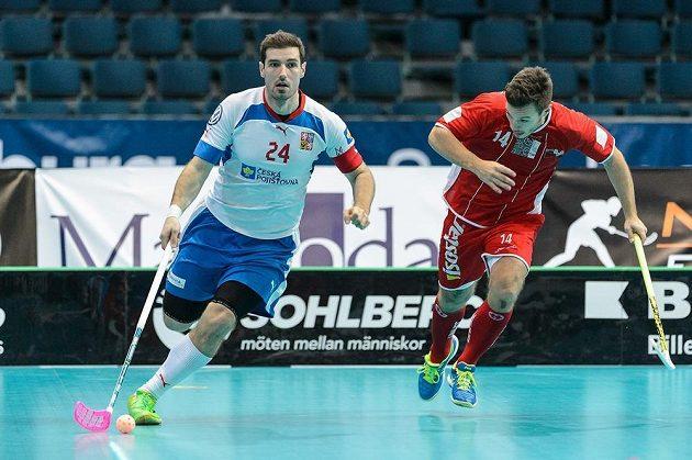 Kapitán českého týmu Jan Jelínek (vlevo) na MS ve čtvrtfinálovém utkání s Dány.