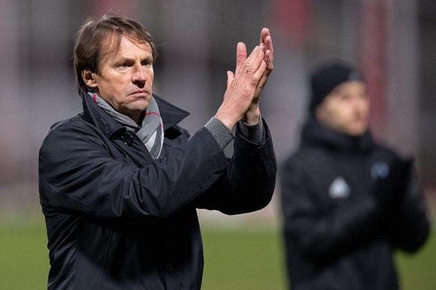 Trenér Karviné František Straka tleská fanouškům po utkání 25. kola Fortuna ligy na Dukle.