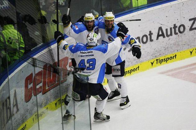 Plzeňský útočník Nicolas Johnson (vzadu vlevo) se raduje se spoluhráči Janem Kovářem a Martinem Strakou (vpravo) ze vstřelení gólu proti Zlínu.