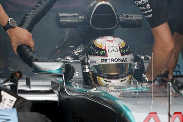 Brit Lewis Hamilton při přípravách na druhý trénink v Monze.
