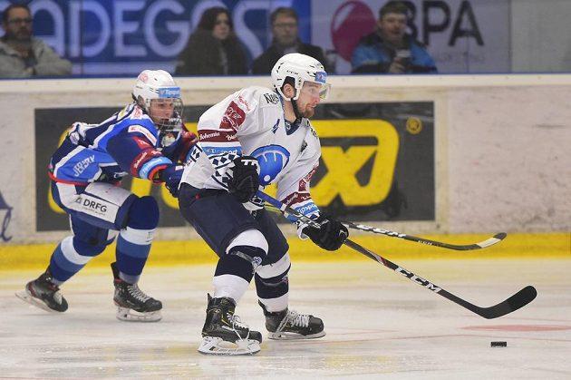 Stanislav Svozil z Brna a Filip Suchý z Plzně během utkání extraligy.